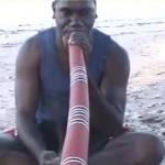 Didgeridoo. Australijski instrument dęty drewniany.
