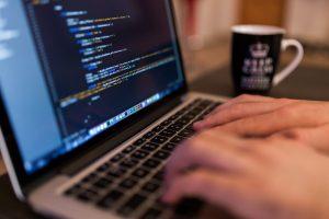 praca w australii informatyk pisze na laptopie