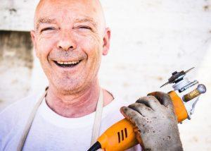 praca w australii pracownik ze szlifierką